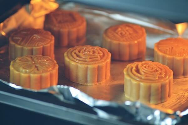 Cho bánh trung thu vào lò nướng ở nhiệt độ 180 độ C