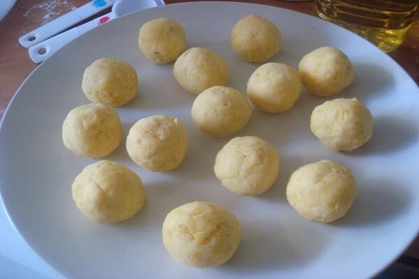 Tiến hành làm phần nhân đậu trắng cho bánh Trung thu