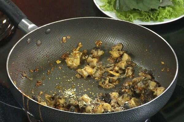 Đặt nồi lên bếp với 2 muỗng dầu ăn phi thơm