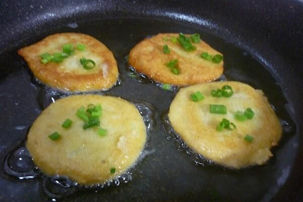 Sử dụng chảo chống dính để chiên bánh khoai tây