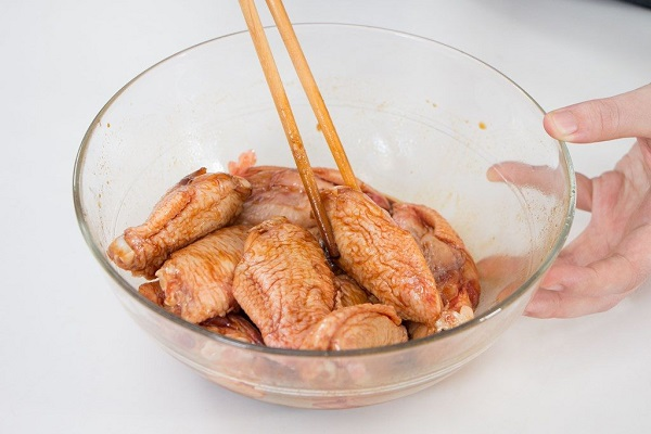 Ướp cánh gà với tỏi xay nhuyễn