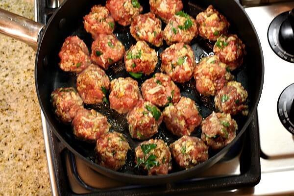 Đặt chảo lên bếp, cho vào ít dầu ăn, khi dầu bắt đầu nóng thì thả thịt vào chiên vàng