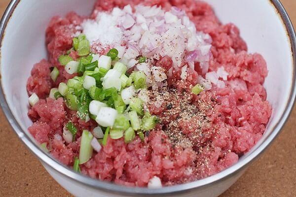 Ướp hết phần thịt băm với các gia vị khác rồi trộn đều