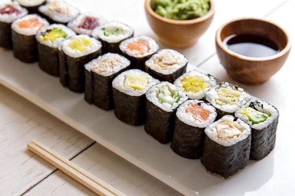 Cách làm sushi cơm cuộn rong biển bằng khuôn