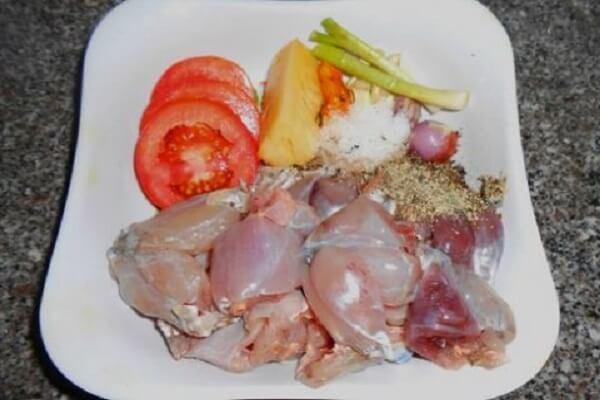 Cà chua, khoai tây, hành tím rửa sạch bóc bỏ vỏ và băm nhuyễn