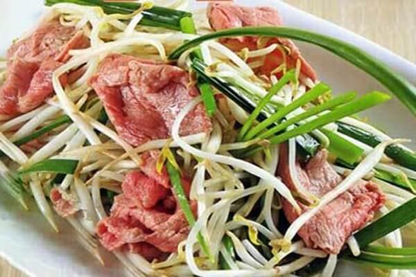Thịt bò xào với giá đỗ mà ăn kèm cơm trắng thì sẽ thơm ngon cực kì đấy.