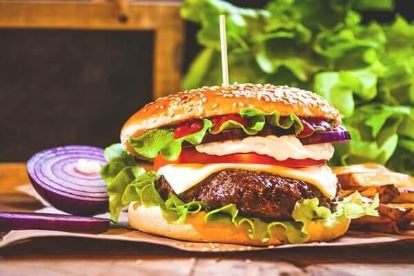 Cách làm bánh mì hamburger kẹp thịt bò băm ngon như ngoài KFC