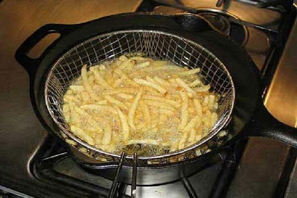 Khoai tây vàng đều các mặt thì các bạn vớt khoai tây ra