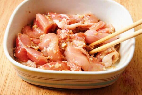 Ướp gà với gia vị, như vậy, thịt gà sẽ đậm đà hơn.
