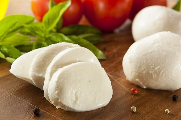 Phô mai mozzarella có dạng khối lớn