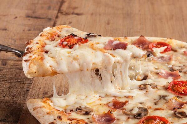Pizza ko bao giờ thiếu được Mozzarella