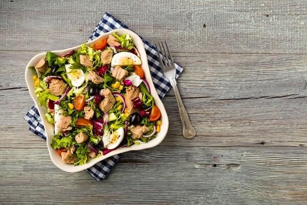 Cách làm salad rau trộn dưa chuột, cà chua, trứng gà với dầu giấm