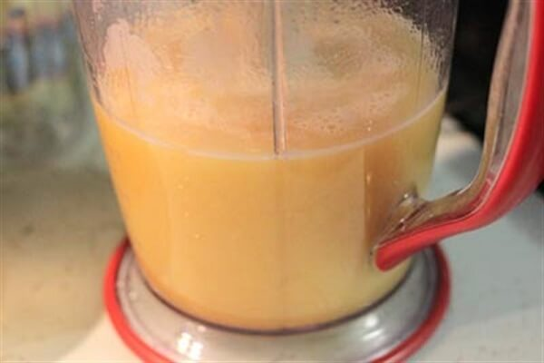 Rót nước sinh tố trong máy xay ra cốc