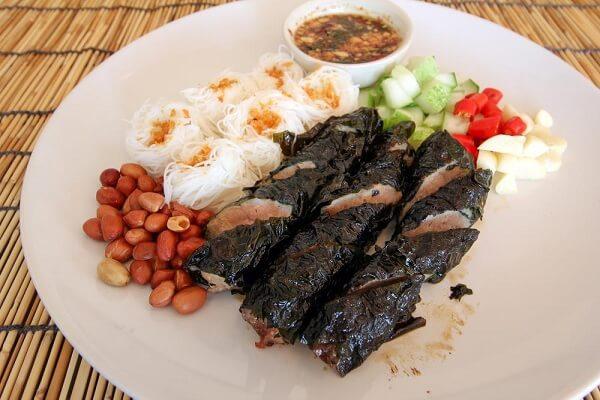 Vị ngon ngọt của thịt bò cùng với mùi thơm đặc trưng của lá lốt