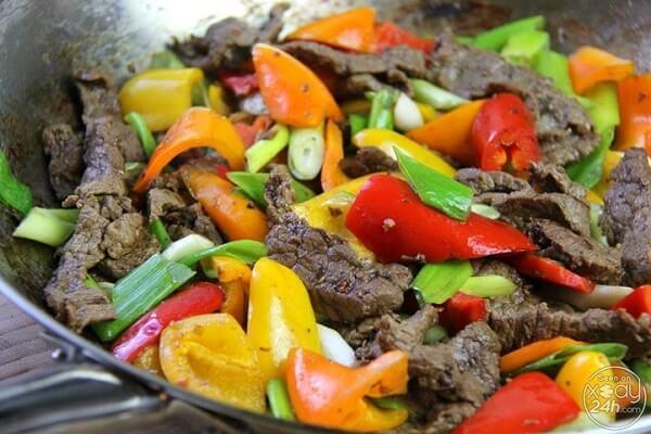 Sau đó các bạn cho tiếp các nguyên liệu vào đảo đều, khi các loại rau quả chín tới thì các bạn trút thịt bò vào lại rồi đảo đều cùng