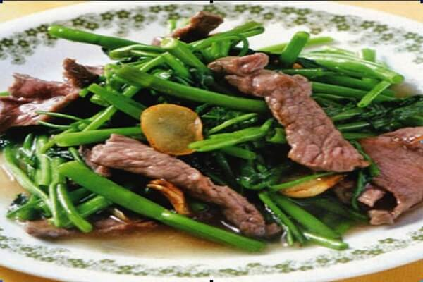 Rau muống xào thịt bò thơm ngon bổ dưỡng được bày ra bắt mắt