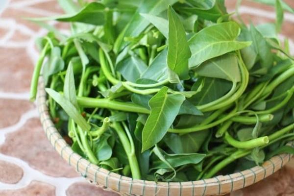 Rau muống: Nhặt sạch lá vàng và ngắt khúc vừa ăn rồi đem rửa sạch, để ráo.