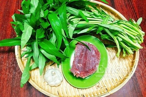 Chuẩn bị nguyên liệu cho cách làm rau muống xào thịt bò