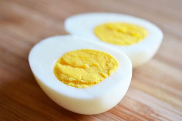 Bạn cần phải khéo léo thái trứng không bị nát