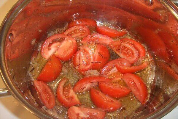 Cho cà chua vào xào sơ cùng với gừng
