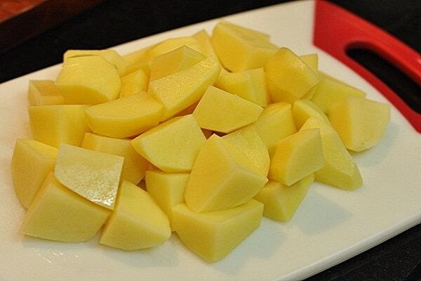Khoai tây bạn gọt vỏ, cắt khúc vuông vừa ăn