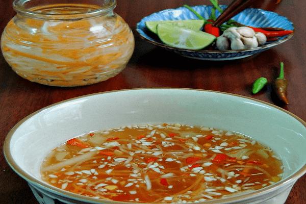 Cách pha nước chấm chanh tỏi ớt ăn bún thịt nướng