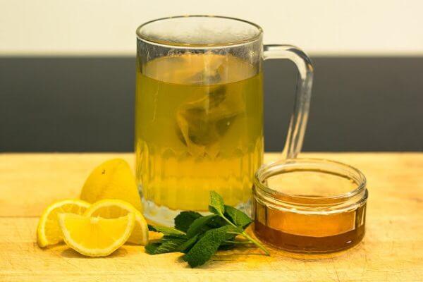 Cho vào ly 1 muỗng đường phèn, 1 muỗng mật ong, 2 muỗng nước cốt chanh rồi khuấy tan đều