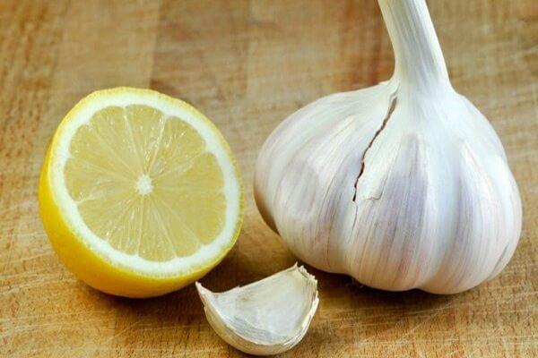 Chanh, tỏi dùng để tẩm ướp và làm nước chấm