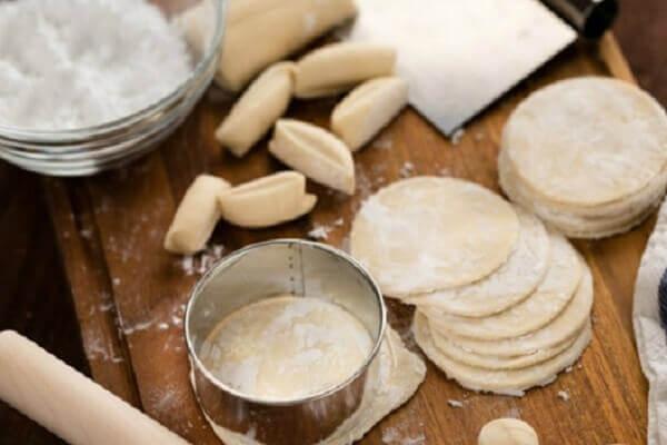 Cho một ít bột vào giữa các lớp bánh để bảo quản