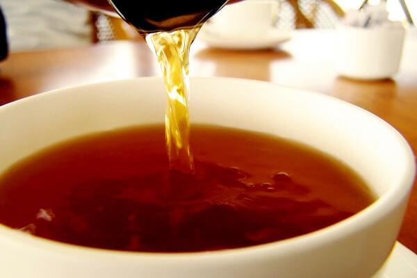 Để trà được lắng cặn xuống hoặc bạn lọc trà qua rây cho sạch cặn