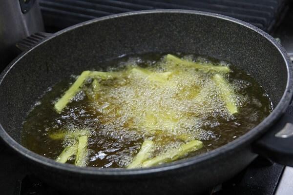 Cho dầu vào trong chảo đặt lên bếp đun với lửa nhỏ