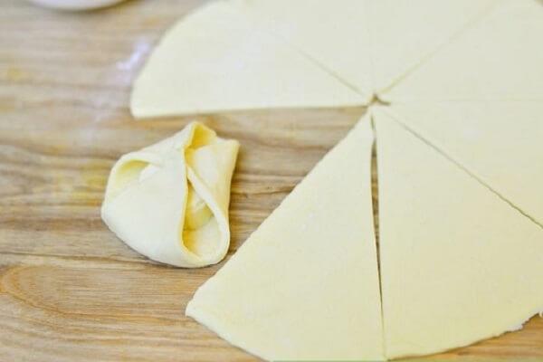 Lấy khuôn cắt cookie có đường kính khoảng 8cm cắt miếng bột nếu là hình tròn