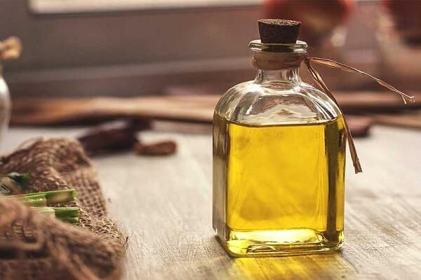 Dưỡng nang tóc với Vitamin E và tinh dầu.