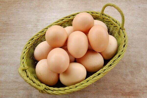 Chọn trứng gà mới tươi sẽ giúp món ăn ngon hơn
