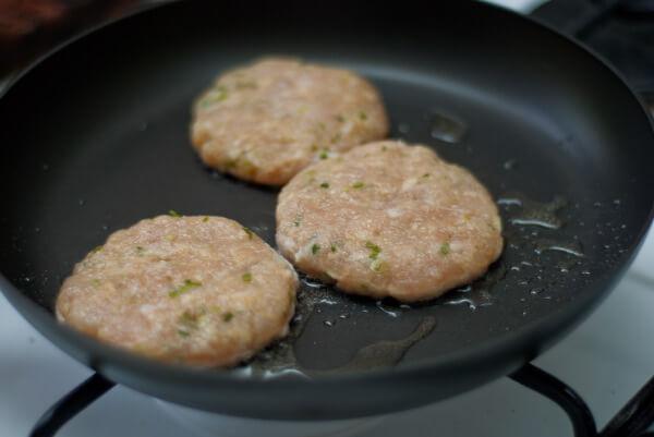 Chiên thịt để làm Hamburger thịt heo