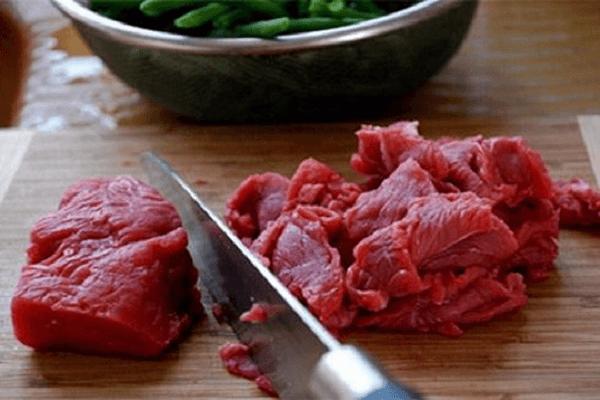Thịt bò mềm bạn cắt mỏng rồi ướp với ít gia vị