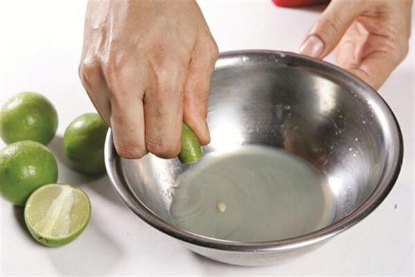 Chanh cũng cắt đôi rồi vắt lấy nước cốt