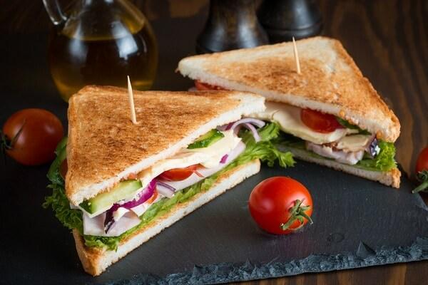 Cách làm bánh mì sandwich kẹp thịt trứng xúc xích, bánh sandwich tam giác nhân sữa chua đơn giản tại nhà