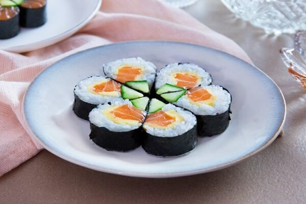 Cách làm cơm cuộn sushi cá ngừ kiểu Việt Nam bằng mành tre
