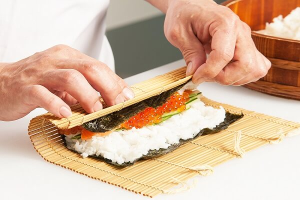 Cuộn sushi - Cách làm cơm cuộn sushi cá ngừ kiểu Việt Nam bằng mành tre