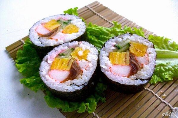 Cách làm cơm cuộn sushi kiểu Việt Nam nhiều màu sắc bằng mành tre