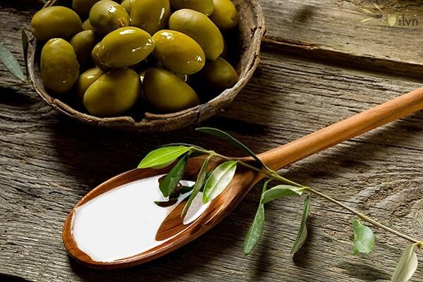 Liệu trình làm dày tóc với dầu oliu.