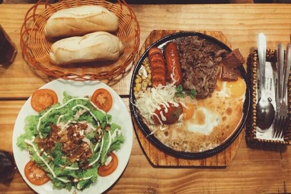 Cách làm bánh mì chảo trứng pate xúc xích thơm ngon cho bữa sáng