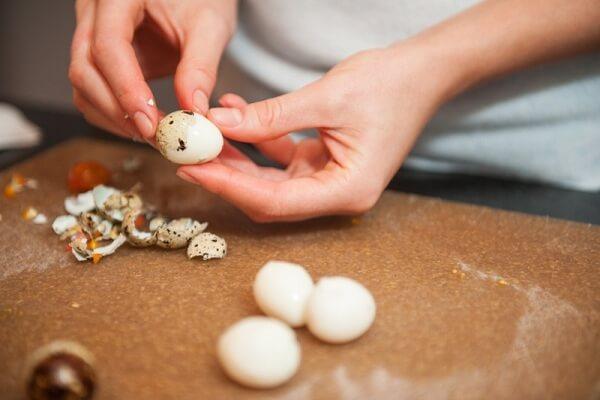 Trứng cút bạn đem luộc chín, sau đó để nguội và lột bỏ vỏ