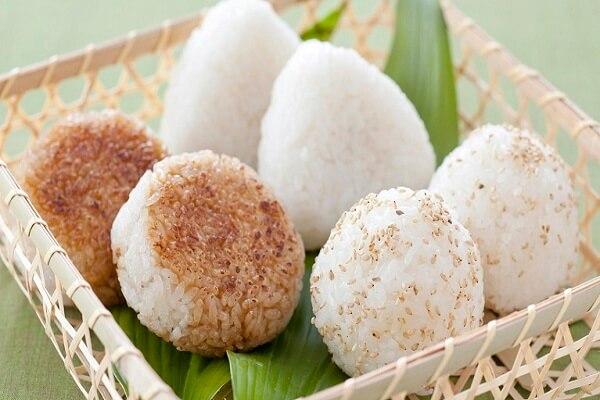 2 cách làm cơm nắm muối vừng (muối mè) và cơm nắm Onigiri Nhật Bản cho bé thích thú chóng ăn