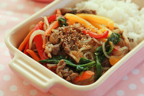 """Món ăn này ở Hàn có tên là miến trộn cung đình """"Gungjung Japchae"""" - Cách làm miến trộn chua ngọt thập cẩm: thịt bò, dưa leo, trứng, cà rốt"""