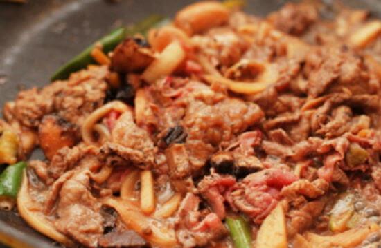 Xào nhanh thịt bò trên bếp với lửa lớn
