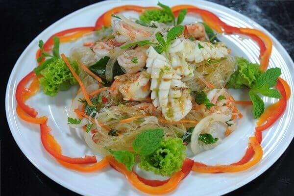 Món miến trộn Thái Lan được bày vô cùng đẹp mắt