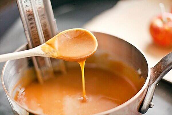 Nước sốt bánh mì caramen khi chín sẽ tạo thành một hỗn hợp đặc sánh