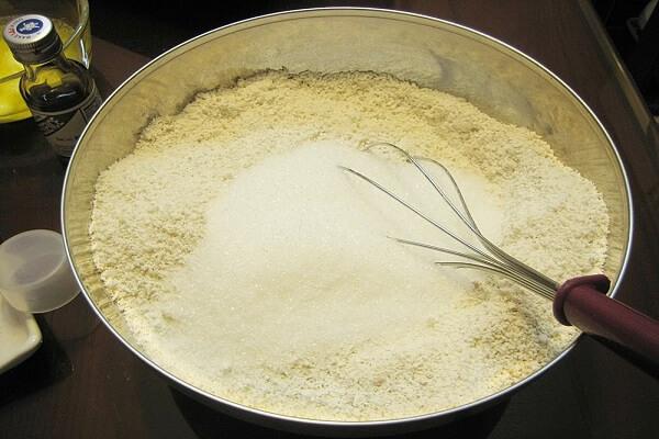 Từ từ chế sữa ấm vào, trộn bột đều tay